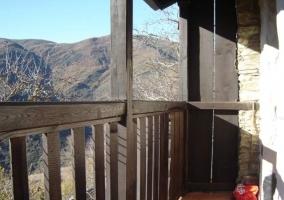 Vista del balcón de madera de la casa rural leonesa