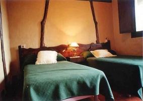 Dormitorio con camas individuales de la casa rural