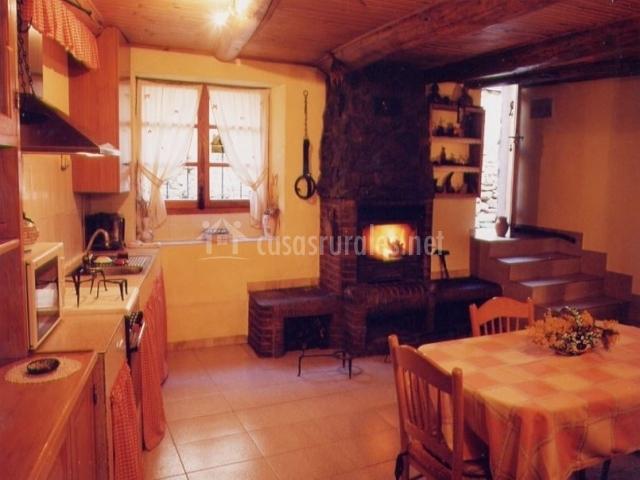 Cocina con office junto a la chimenea