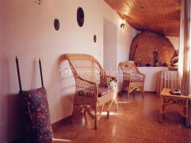 Detalle del pasillo con muebles de mimbre