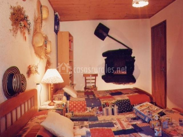 Dormitorio con camas individuales y juegos