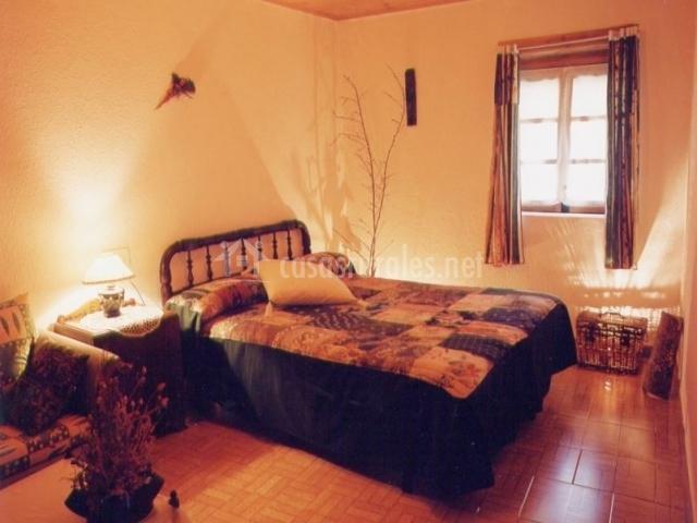 Dormitorio de matrimonio con sofá incluido