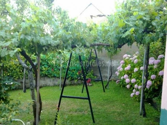 Jardín con columpios y vegetación