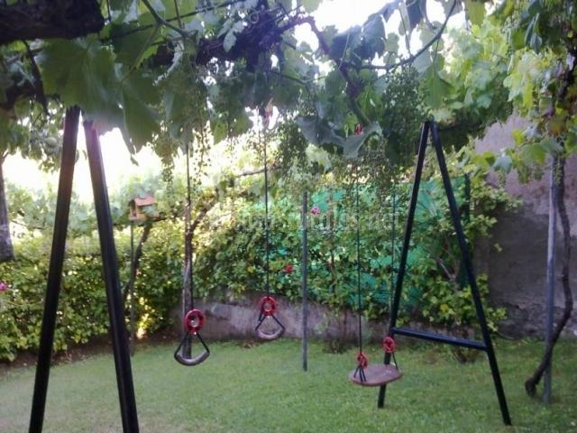 Zona de columpios en el jardín