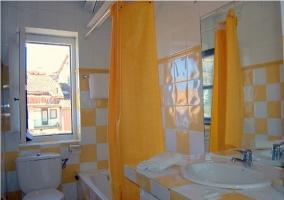 Baño con bañera amarillo