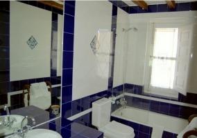 Baño con bañera azul