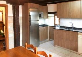 Amplia cocina con muebles de madera