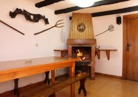 Porche interior con mesa de madera y bancos