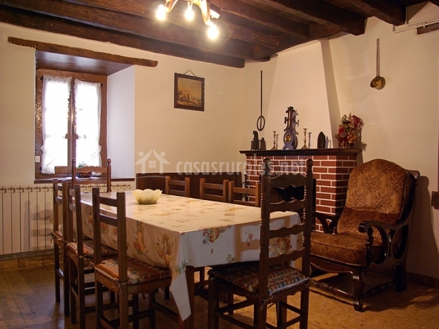 Casa preottua en valcarlos luzaide navarra for Comedor con chimenea