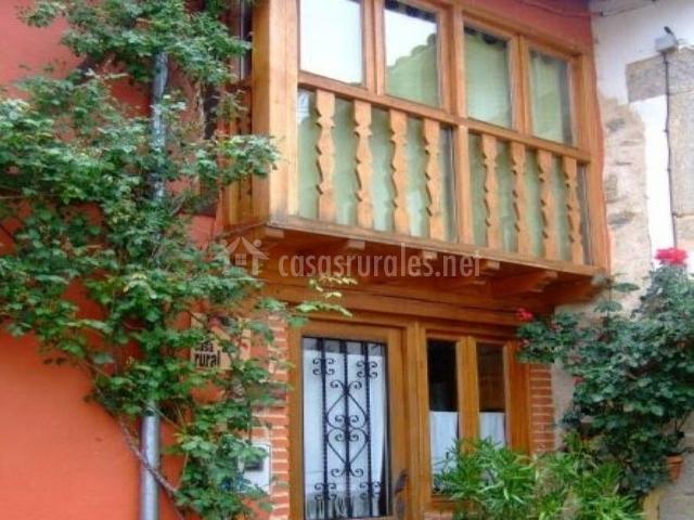 Balcón de madera con cristalera