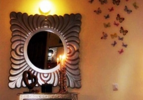 Espejo con mariposas en las paredes