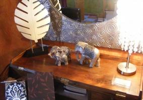 Mueble en el comedor con decoración