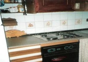 Salón con vistas a la cocina de la casa