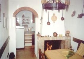 Salón con chimenea y elementos decorativos