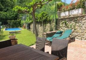 Mesa en la terraza y piscina