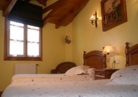 Dormitorio abuhardillado con dos camas