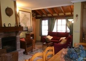 Confortable salón con chimenea