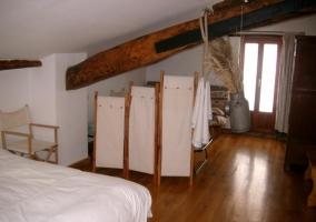 Dormitorio de matrimonio con mesillas de mármol