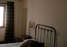 Dormitorio con cama de matrimonio y biombo