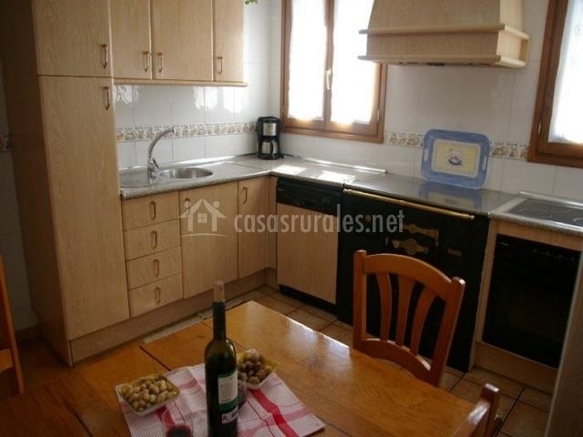 Casa pierra en ochagavia navarra for Cocina con vitroceramica