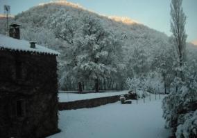 Parte posterior de la casa rural nevada