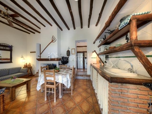 cortijo balza n casas rurales en la zubia granada On cocina abierta al comedor y sala de estar