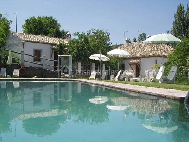Cortijo balza n casas rurales en la zubia granada for Complejo rural con piscina