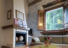Sala de estar con chimenea y entrada a dormitorio