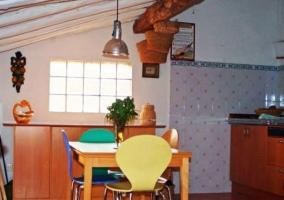 Cocina en el ático con mobiliario de madera