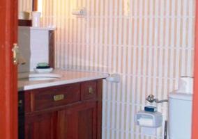 Cuarto de baño con mueble de madera