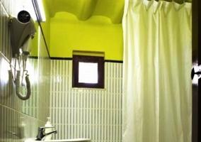 Cuarto de baño con techos amarillos