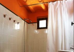 Cuarto de baño con techos naranjas