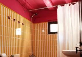 Cuarto de baño con techos rosas