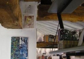 Detalle de la decoración con vigas de madera