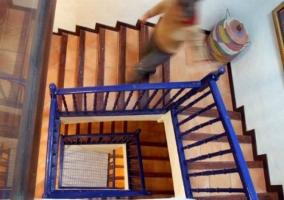 Detalle de las escaleras con vallas azules en casa rural