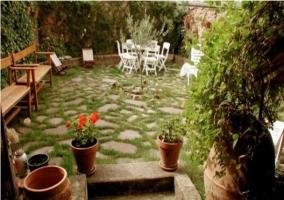 Jardín con empedrado en casa rural riojana