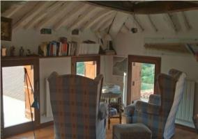 Rincón para conversar o leer en el ático de la casa rural