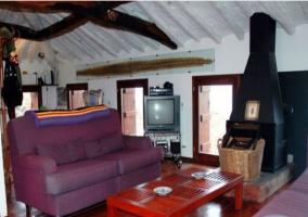 Sofá con chimenea en el ático de la  casa rural