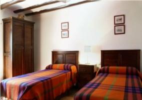 Dormitorio con dos camas individuales  en casa rural