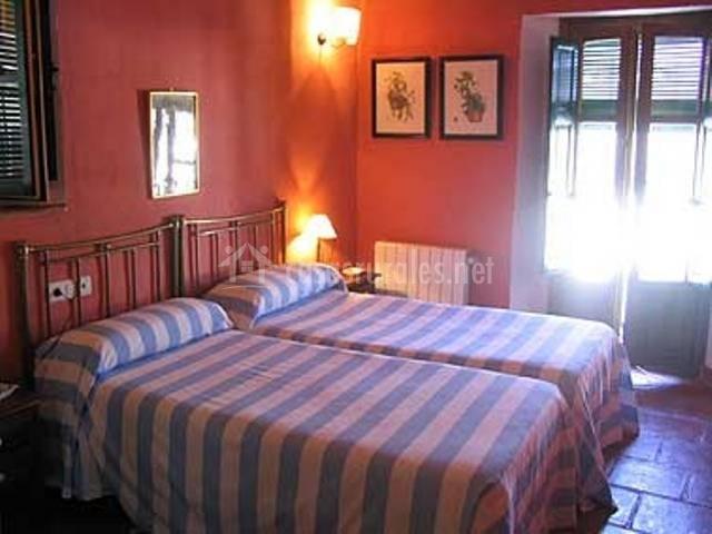 Dormitorio con cama particulares