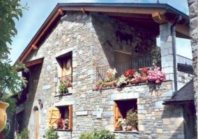 Acceso a la casa con fachada y zonas verdes