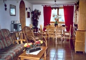 Sala de estar con chimenea con recubrimiento en madera