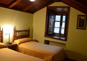 Dormitorio doble con paredes de piedra
