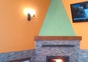 Bar con barra chimenea y tele