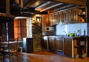 Cocina con lareira y escaleras al lado