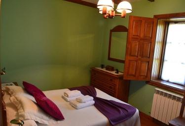 Forcon dormitorio con cama frente a la ventana