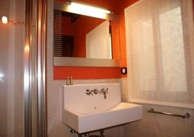 Cuarto de baño con ducha, renovado