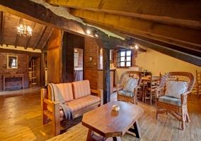 Salón comedor con mesas y asientos y cocina al fondo