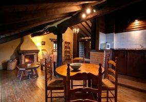 Salón comedor con chimenea y cocina en dos niveles