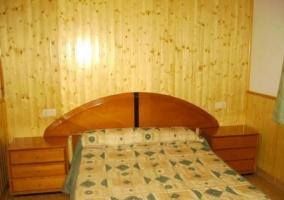Cama de matrimonio y mobiliario en madera